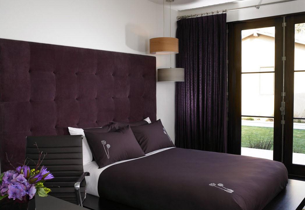 Темная фиолетово-белая спальня