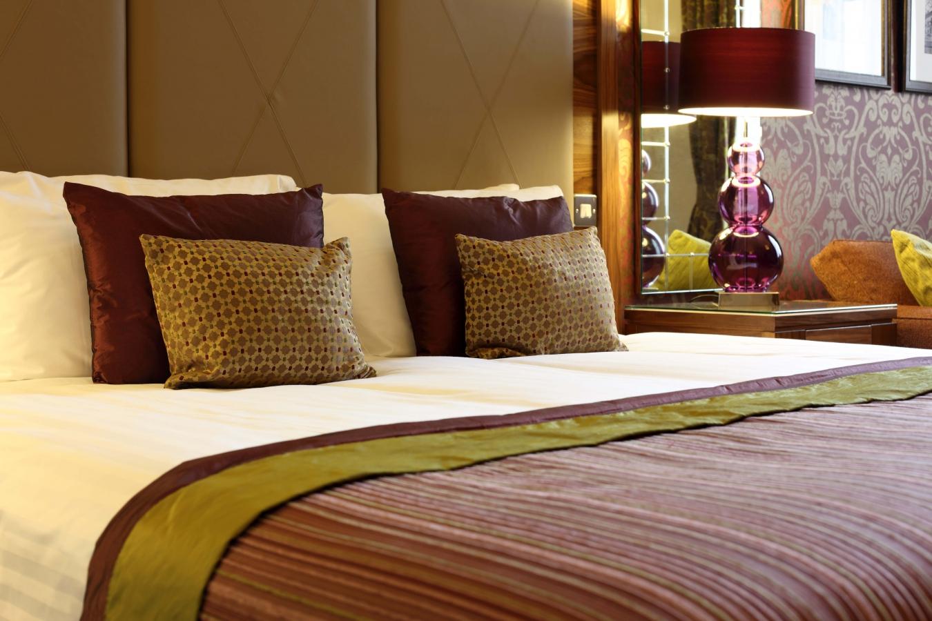 Кремовый, коричневый, бордовый и оливковый цвета в интерьере спальни