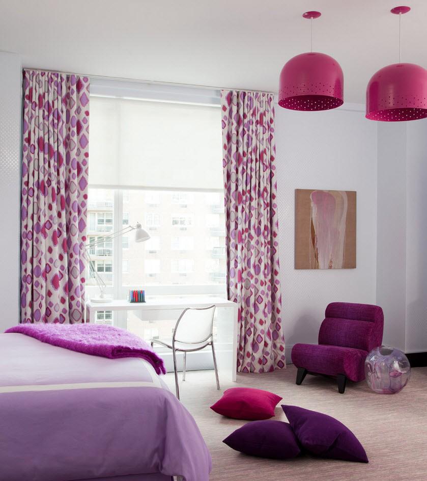 Белый потолок в бело-фиолетовой спальне
