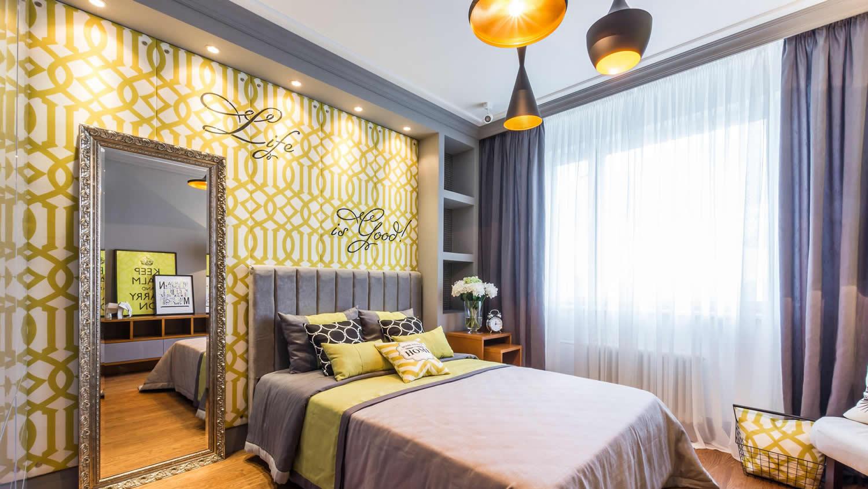 Белый потолок в желто-серой спальне