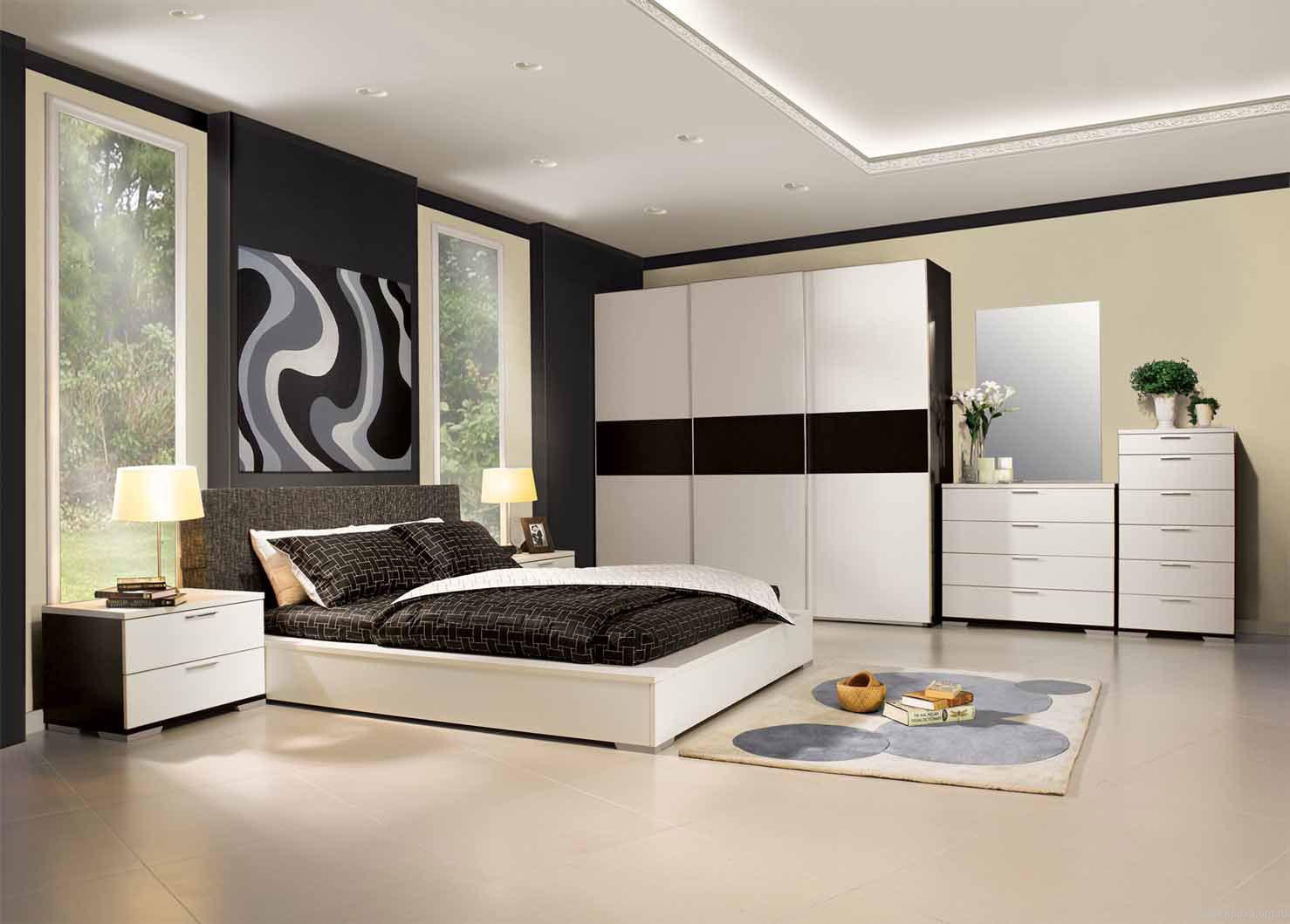 Двухуровневый потолок в черно-белой спальне