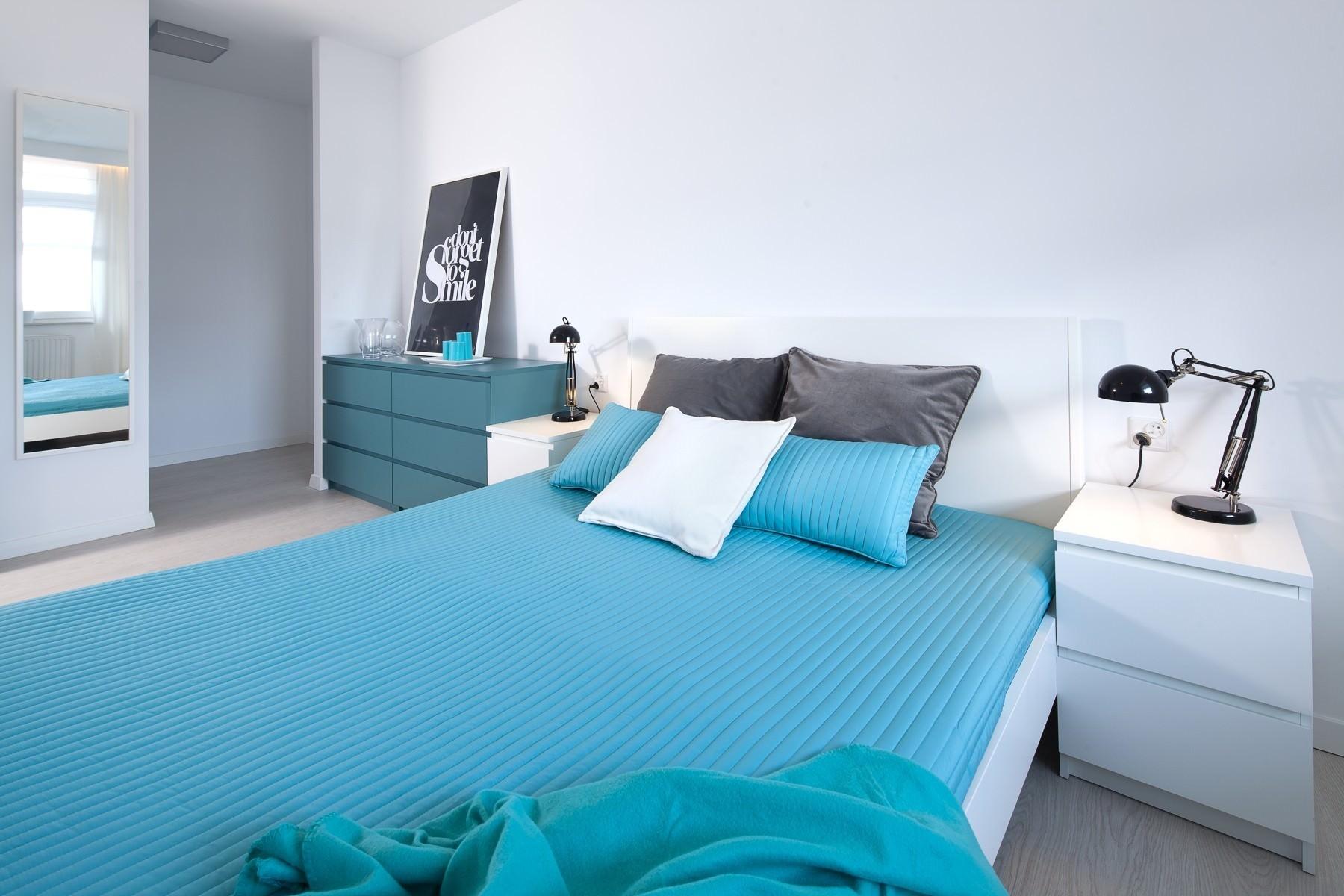 Белый потолок в бело-голубой спальне