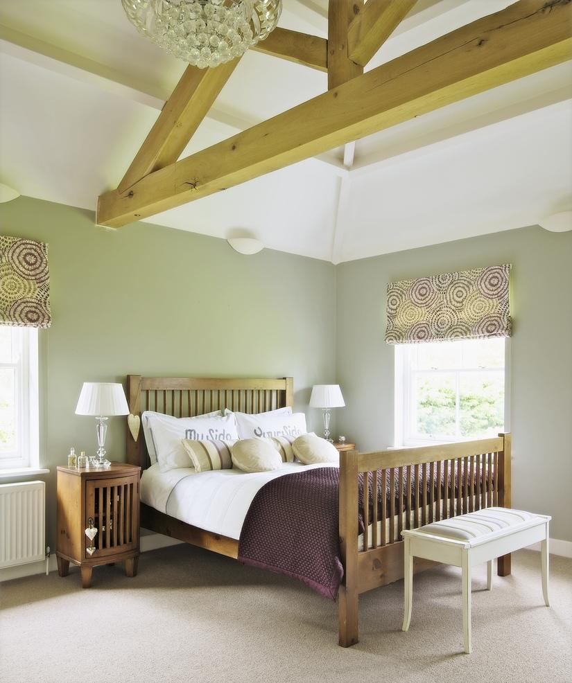 Римские шторы в бело-зеленой спальне