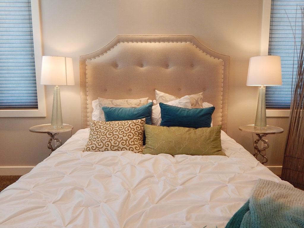 Бежево-голубая спальня