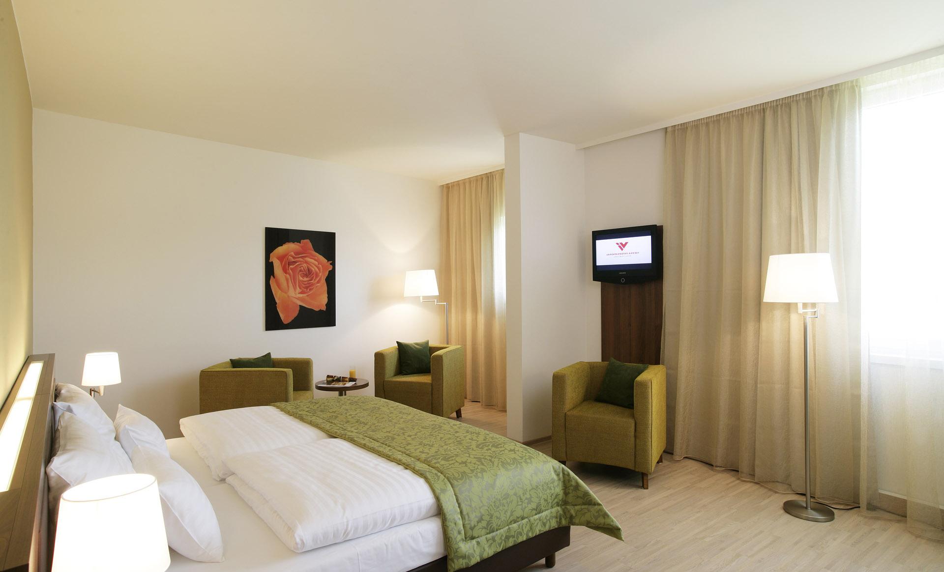 Кремовые шторы в бело-зеленой спальне