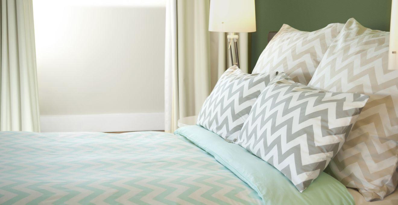 Мятный, белый и серый цвета в спальне