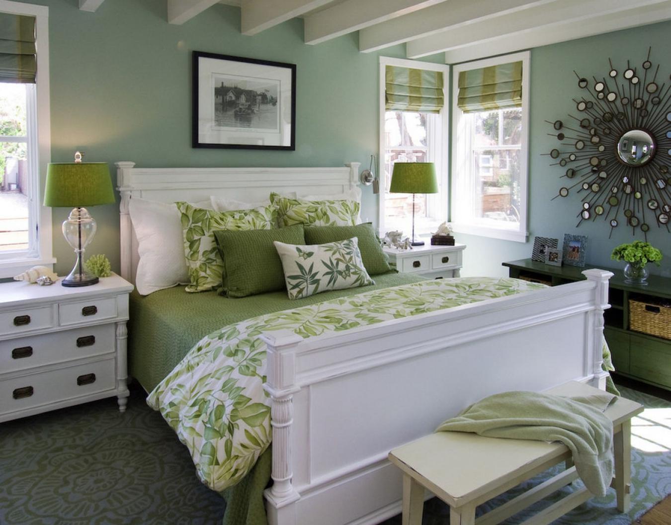 Белый потолок с балками в спальне