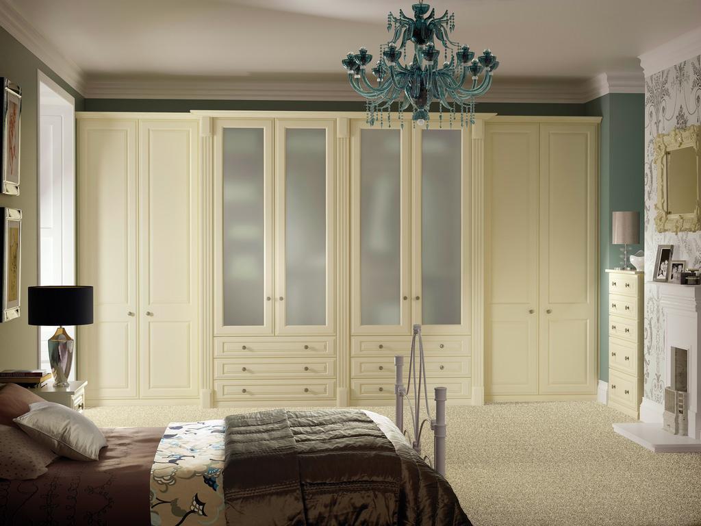 Бежевый шкаф и комод в спальне
