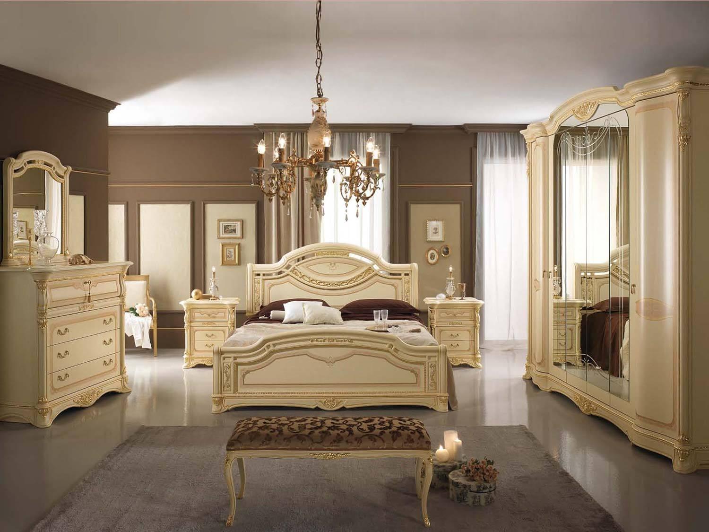 Бежевая мебель в классической спальне