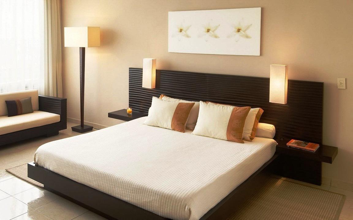 Бежевый, белый и черный цвета в интерьере спальни