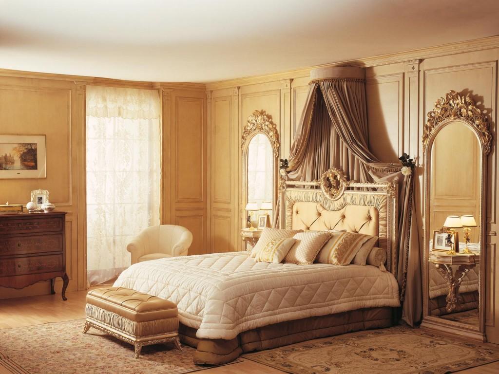 Бежево-коричневая спальня с балдахином
