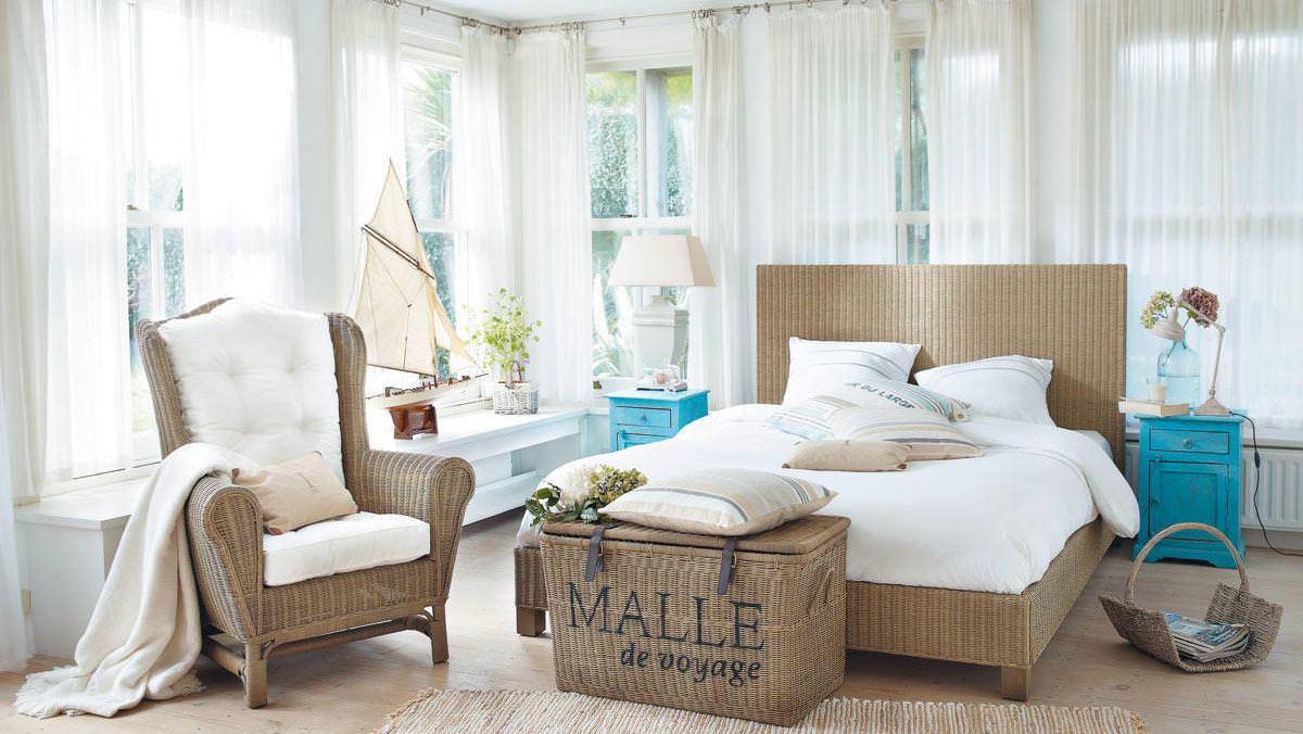Бежевая плетеная мебель в спальне