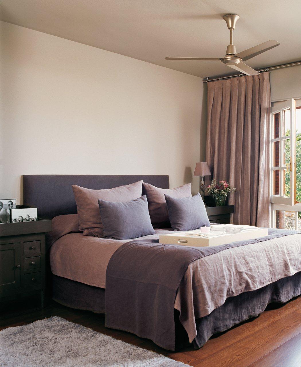 Бежевые стены и потолок в спальне