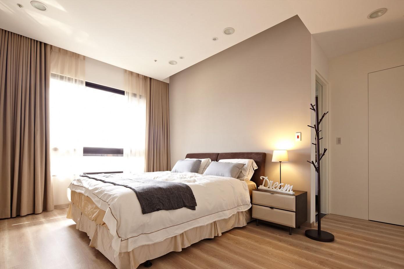 Бежевые стены и пол в спальне