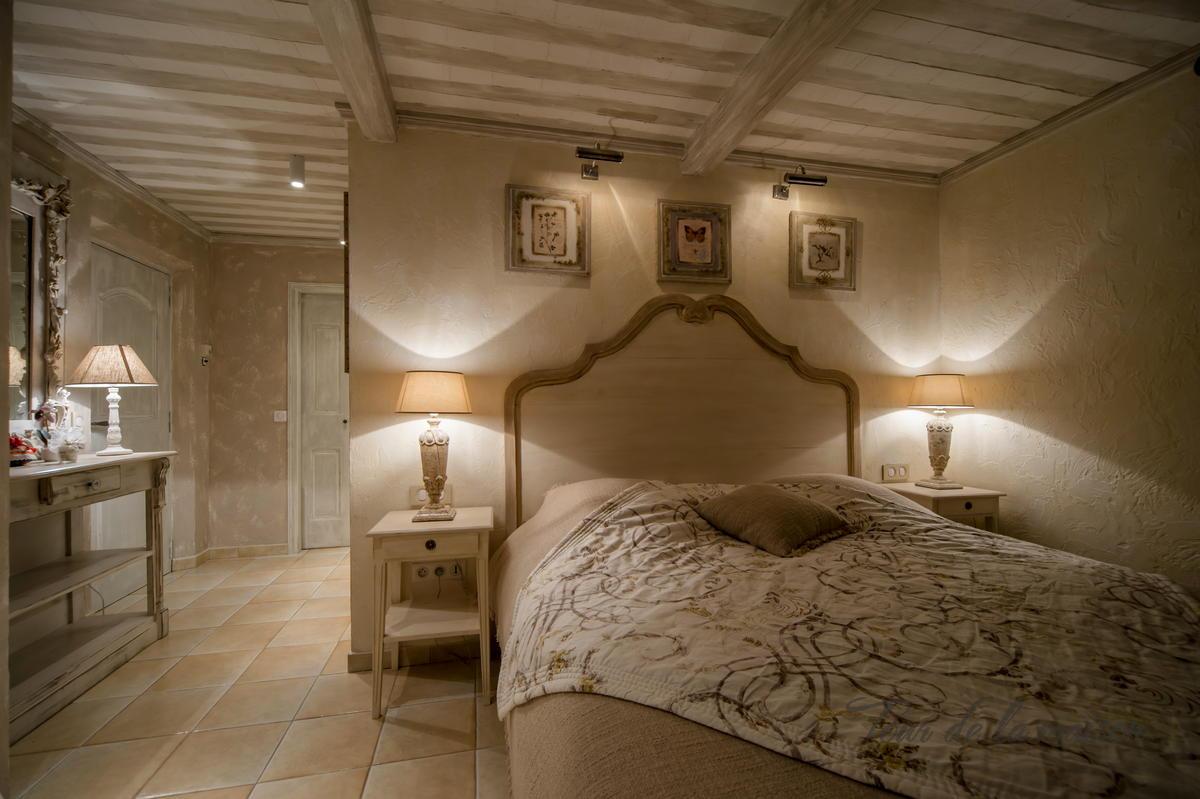 Бело-бежевая спальня