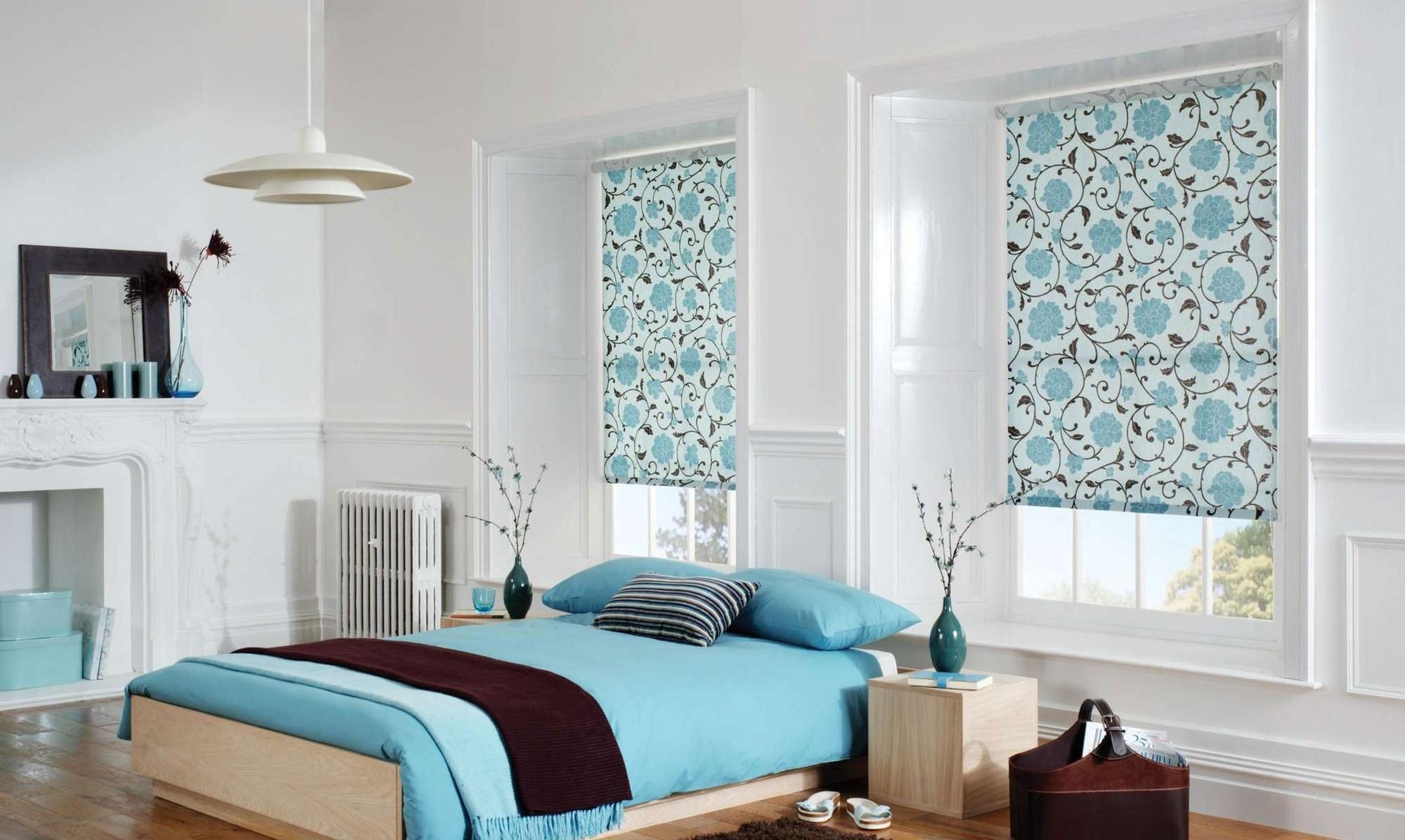 Голубой, бежевый и белый цвета в интерьере спальни