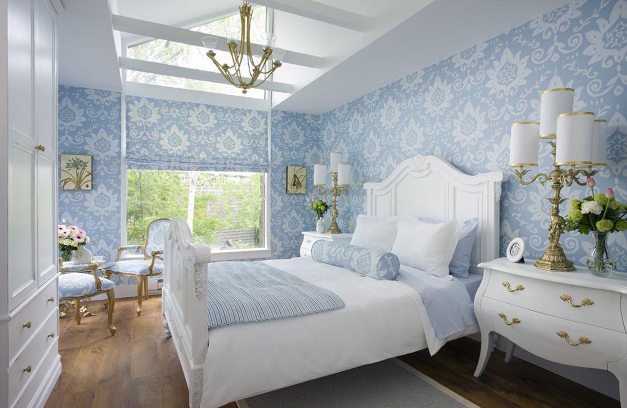 Бело-голубая классическая спальня