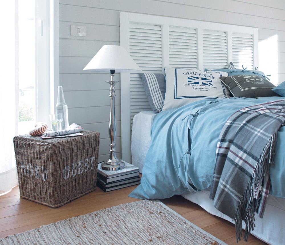 Голубое одеяло и подушки в спальне