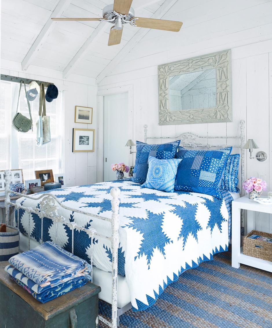 Голубые и синие акценты в спальне в стиле кантри
