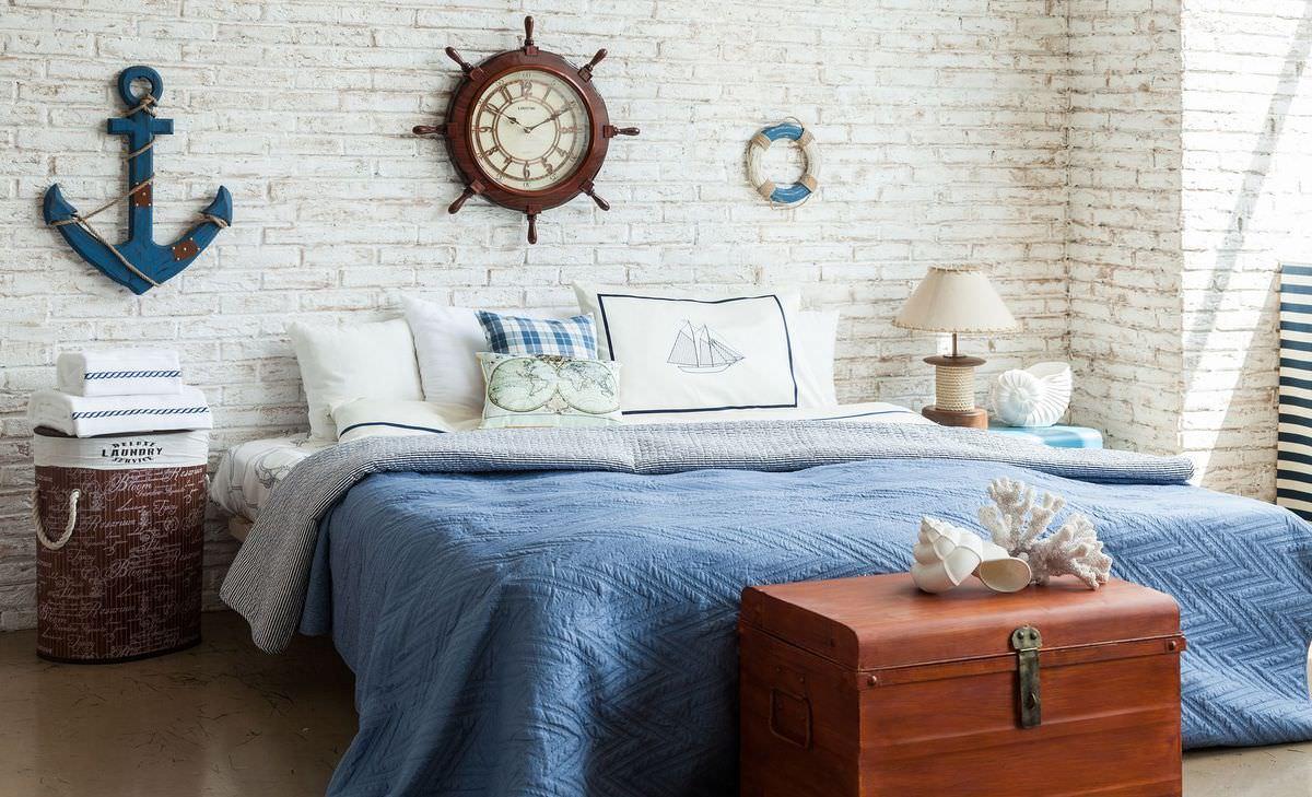 Голубое покрывало и аксессуары в спальне