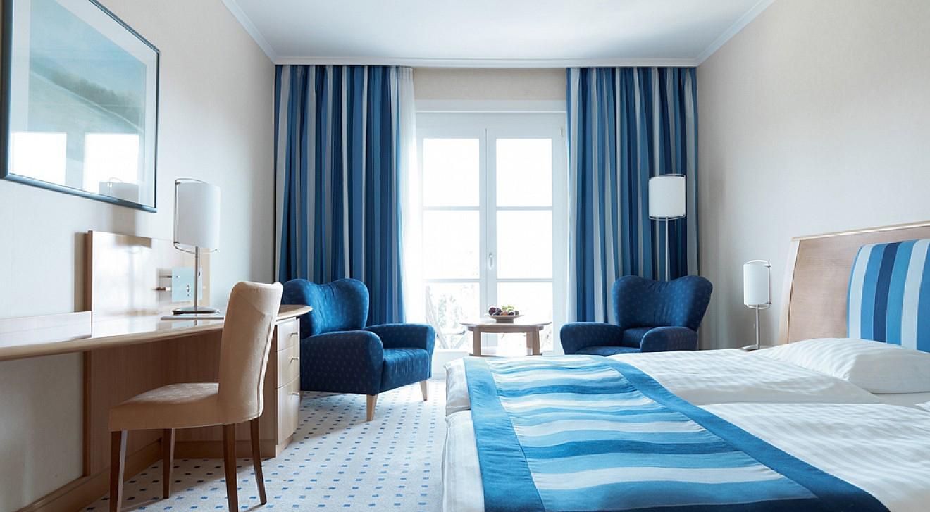 Сине-голубые акценты в светлой спальне