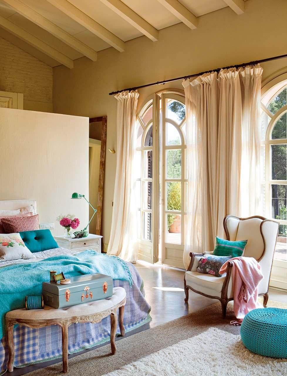 Яркие голубые акценты в спальне