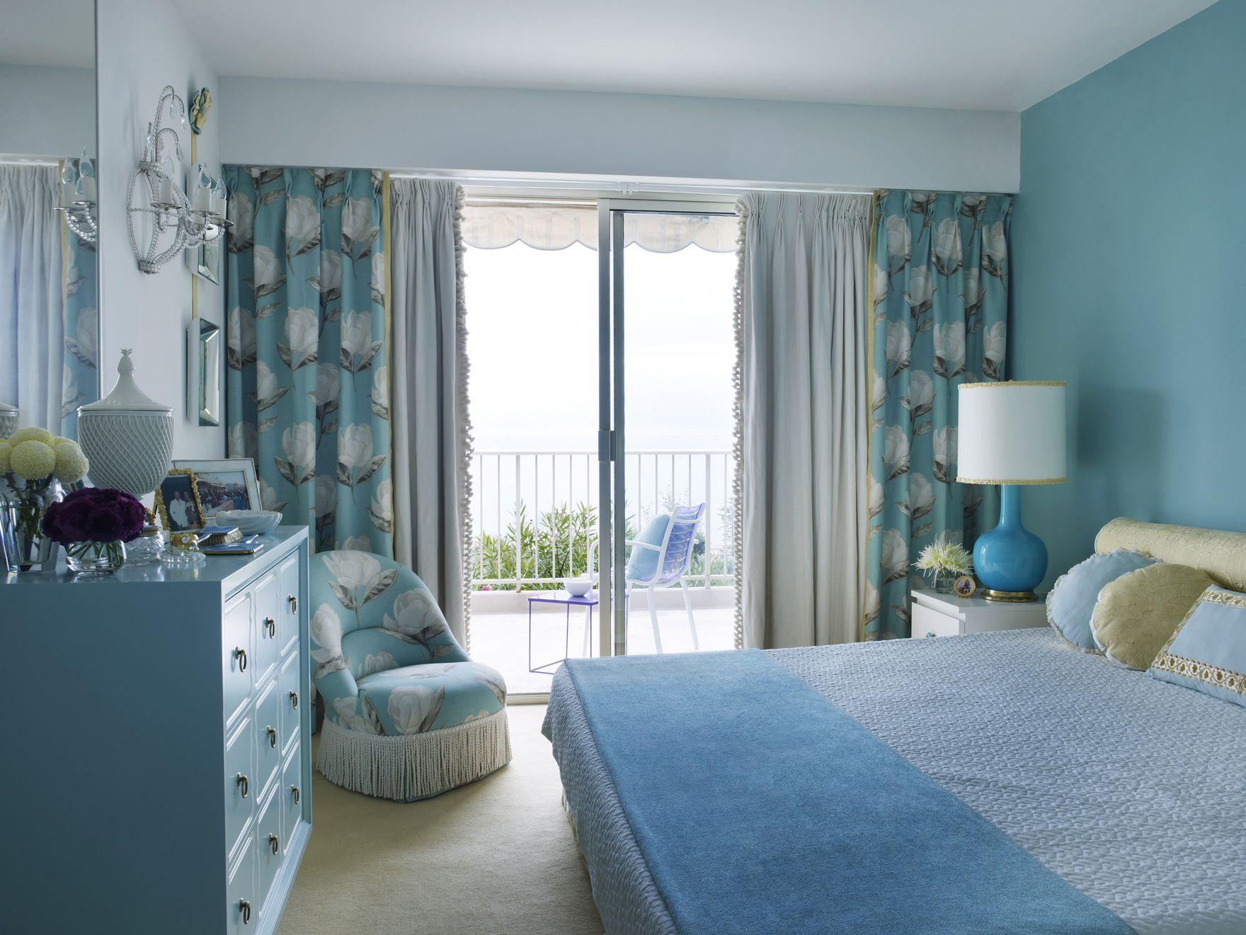 Голубая мебель и текстиль в спальне
