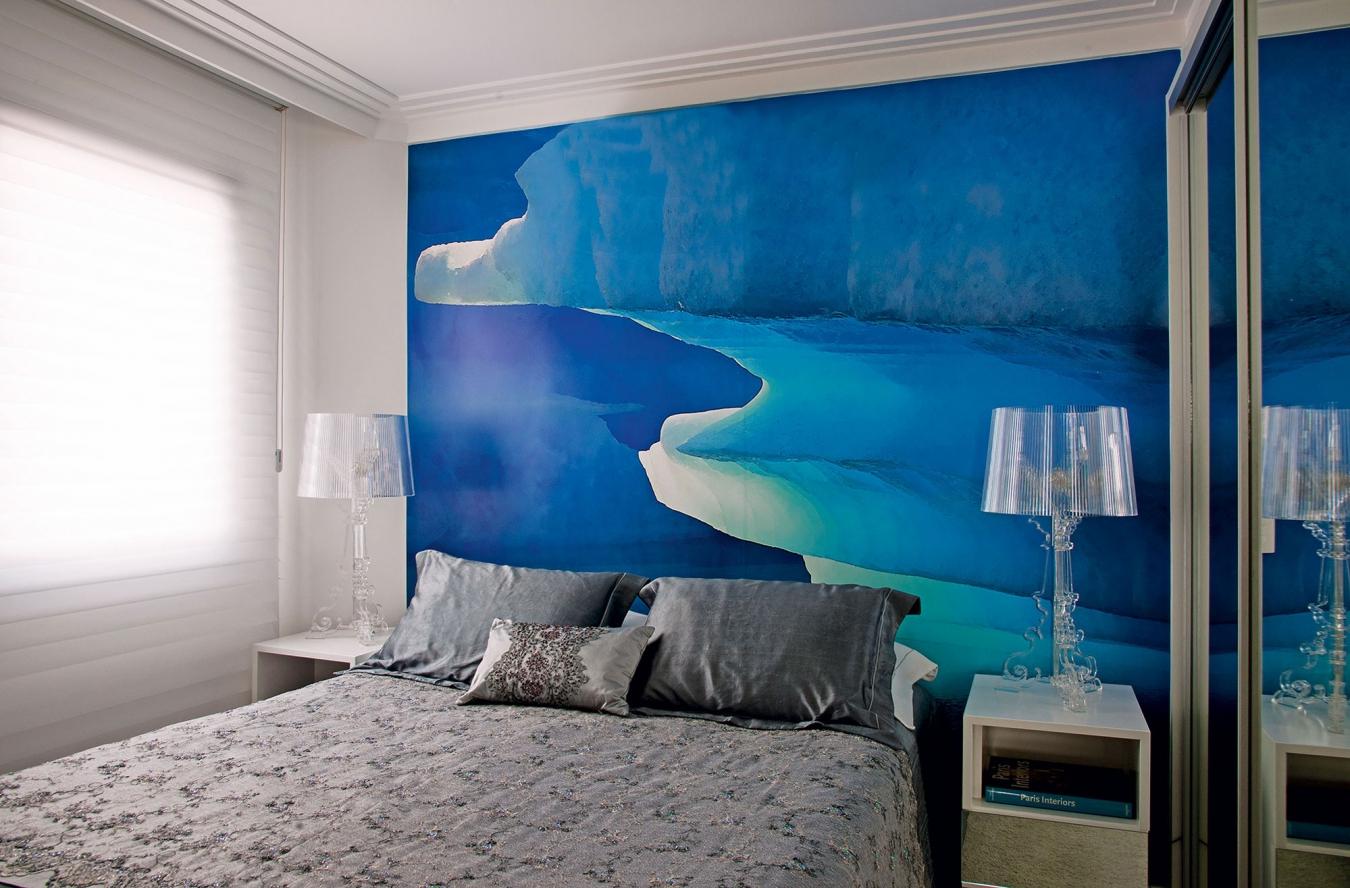 Фотообои в сине-голубых тонах в спальне