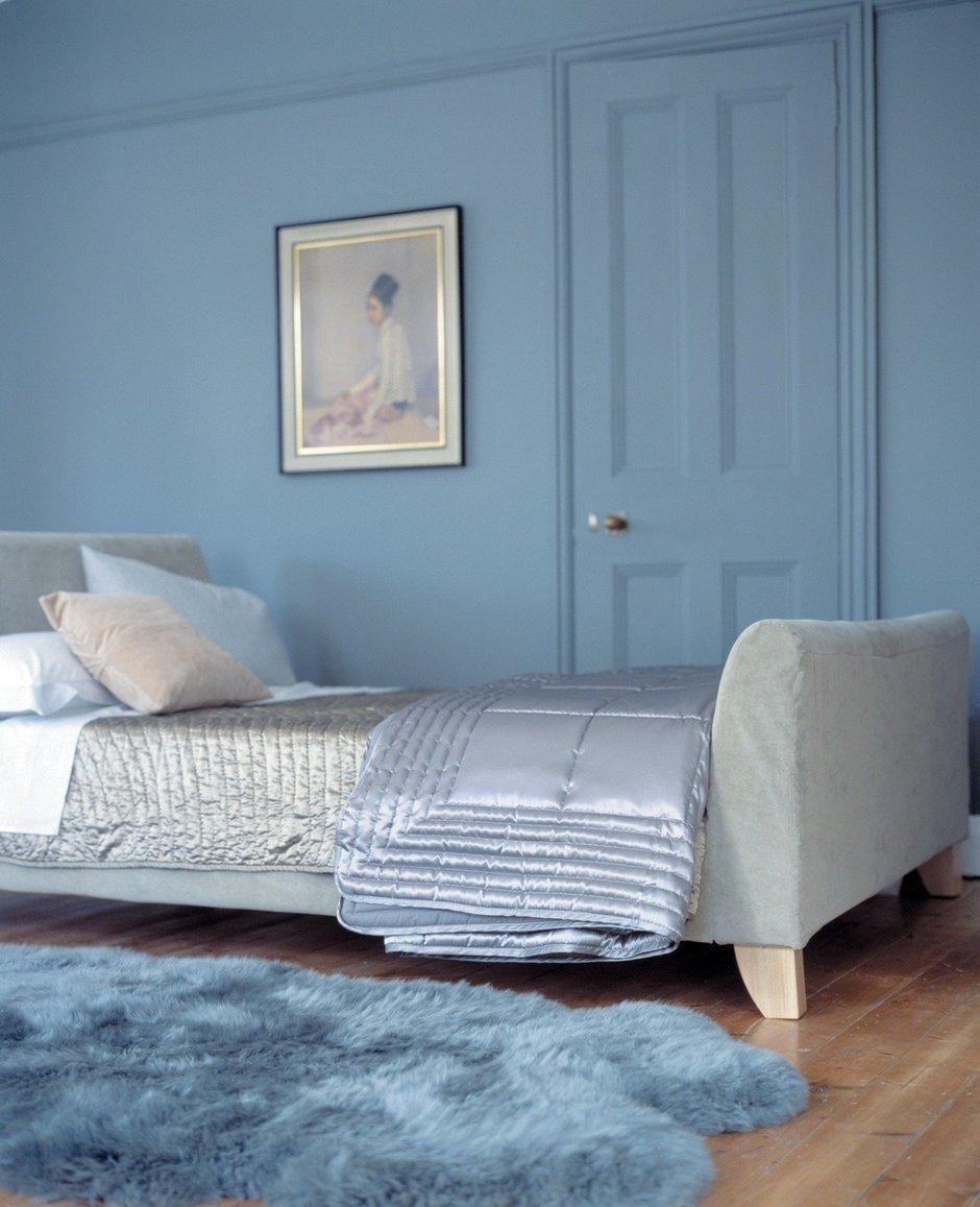 Серая кровать в коричнево-голубой спальне