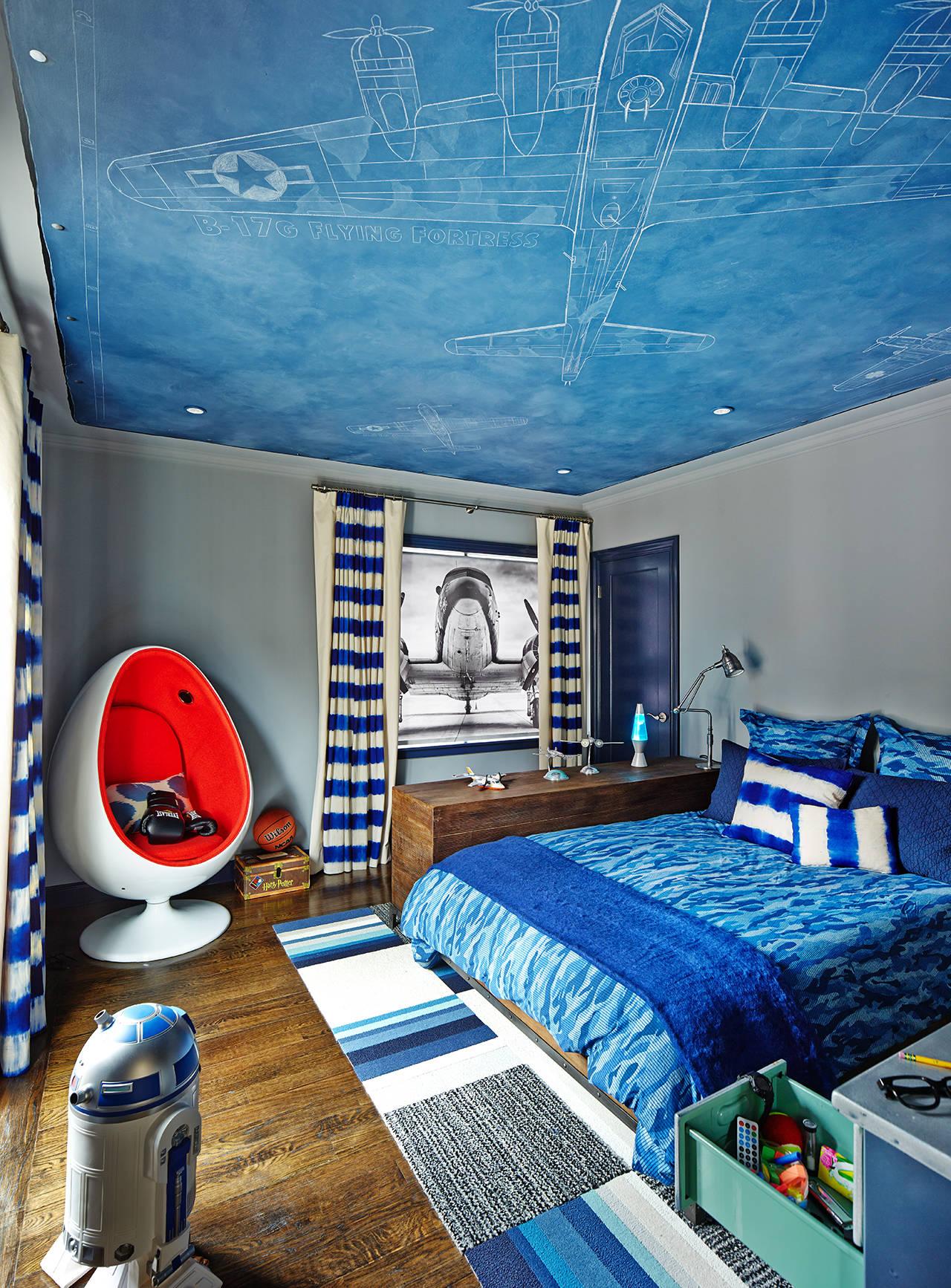 Красно-белое кресло в серо-голубой спальне