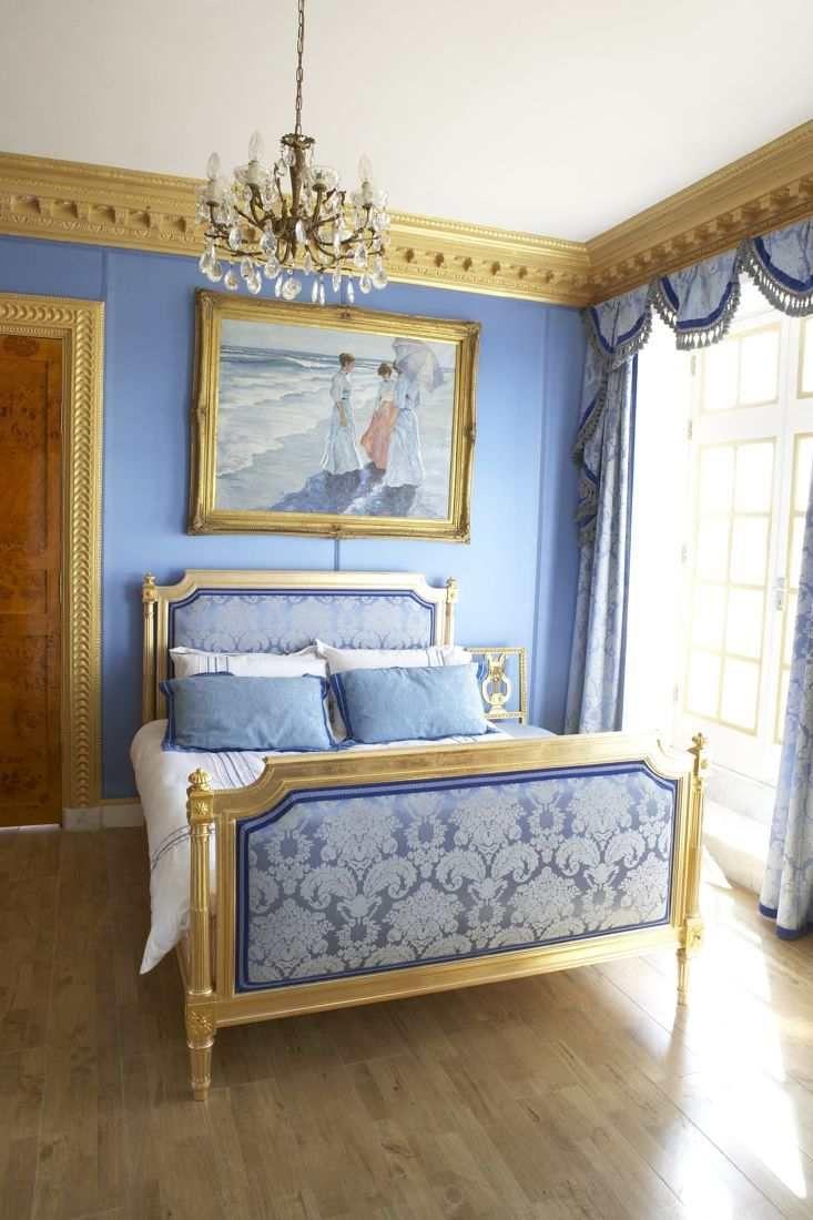 Золотисто-голубая спальня