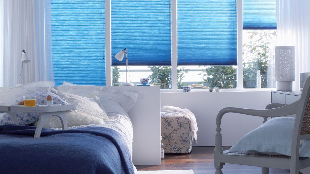 Голубые жалюзи в спальне