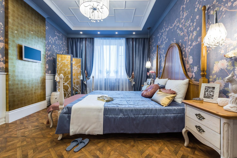 Темно-голубые акценты в спальне
