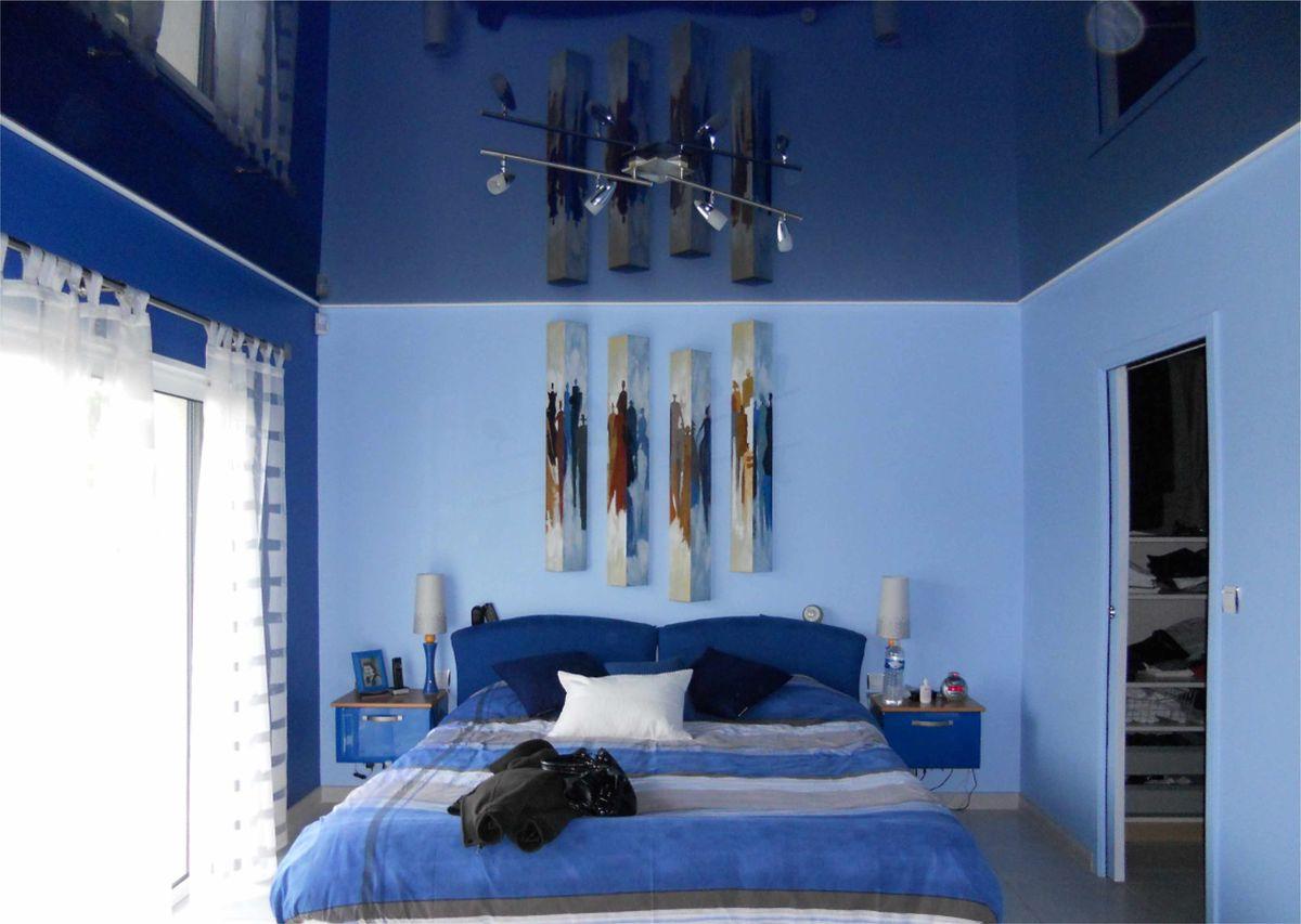 Голубые и синие стены в спальне