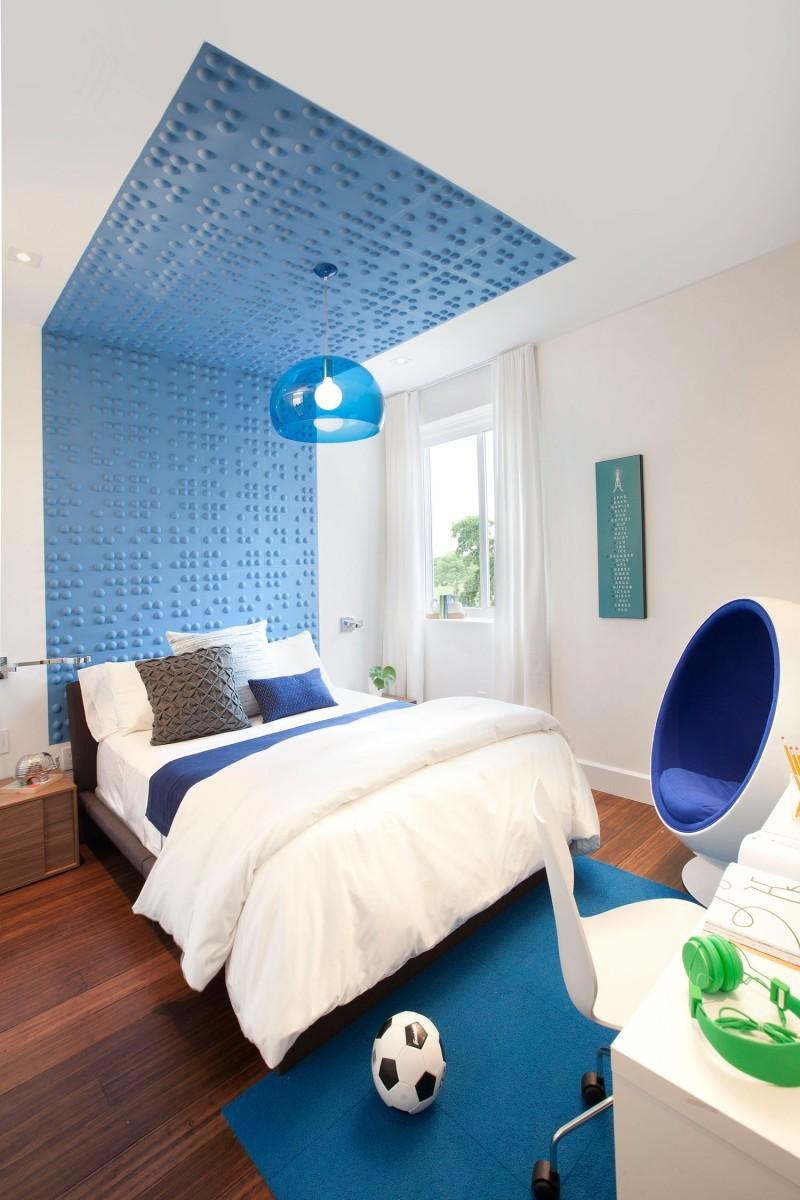 Декоративное оформление стены и потолка голубым цветом