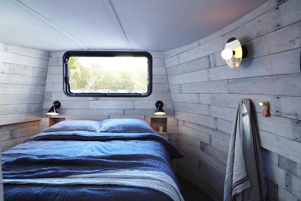 Голубой текстиль в необычной спальне