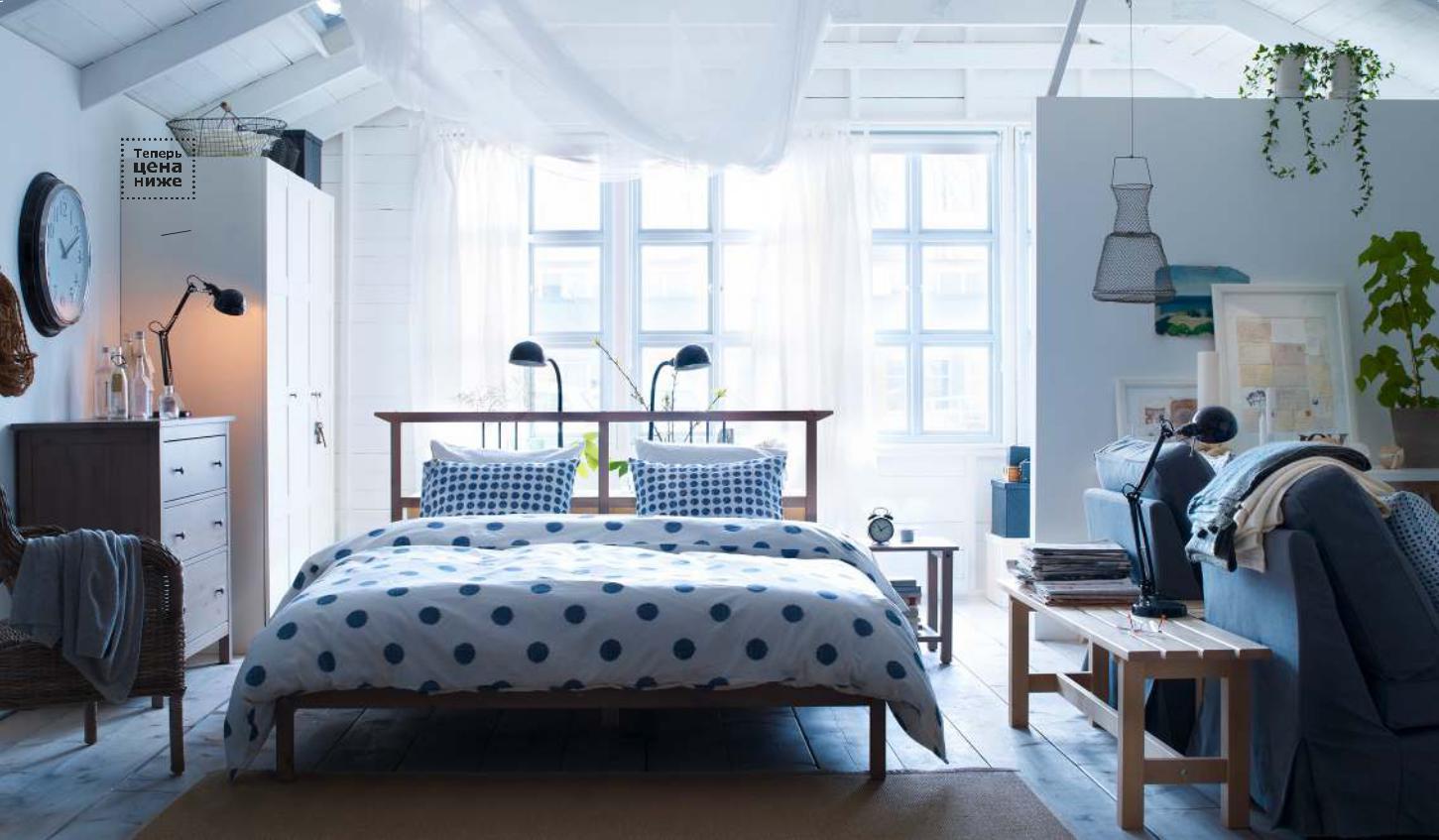 Голубые акценты в спальне-гостиной