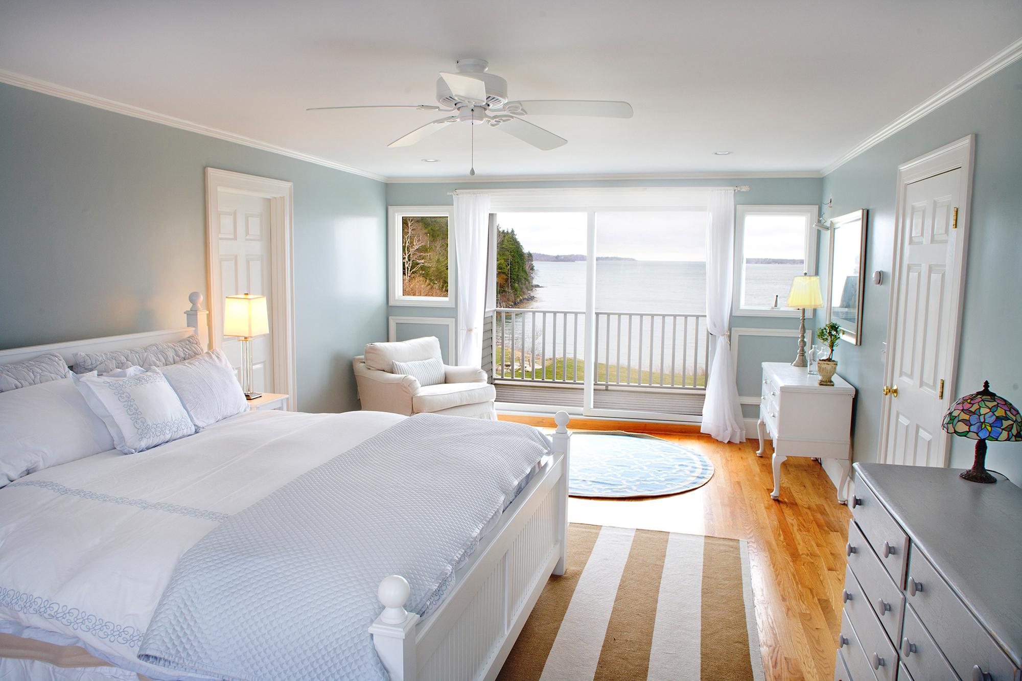 Голубые стены и декор в спальне