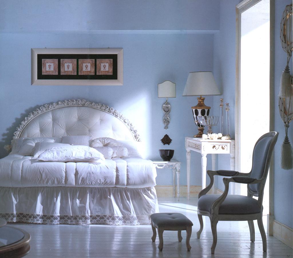 Голубые стены в спальне в классическом стиле