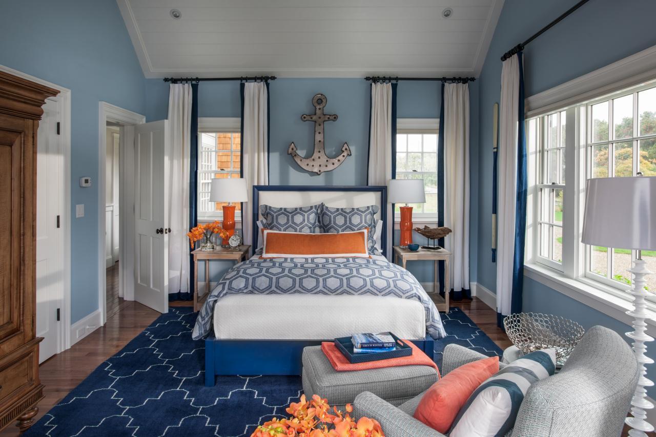 Синий, голубой, белый и коричневый цвета в спальне
