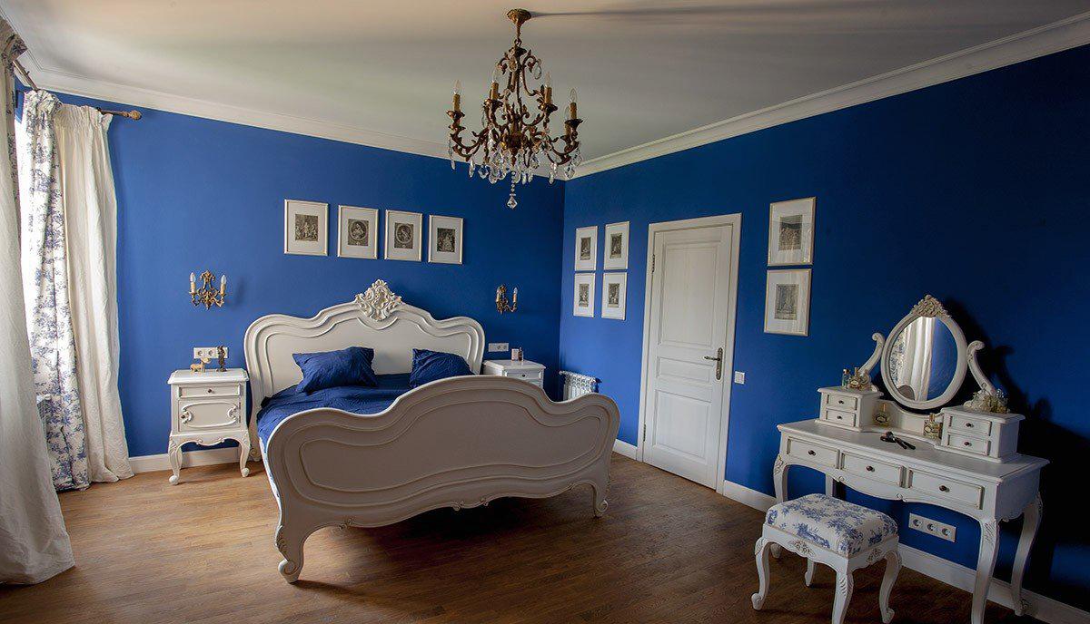 Сине-белая классическая спальня