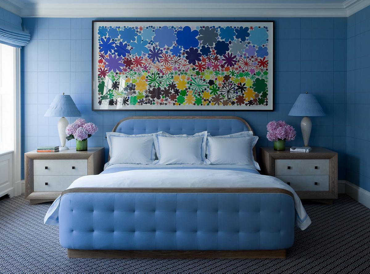 Светло-синий оттенок в интерьере спальни