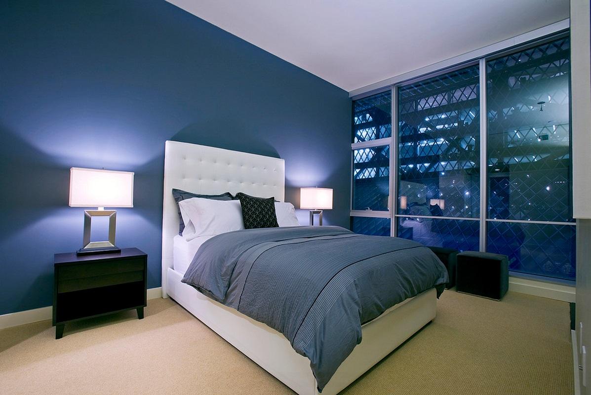 Синяя стена и постельное белье в спальне