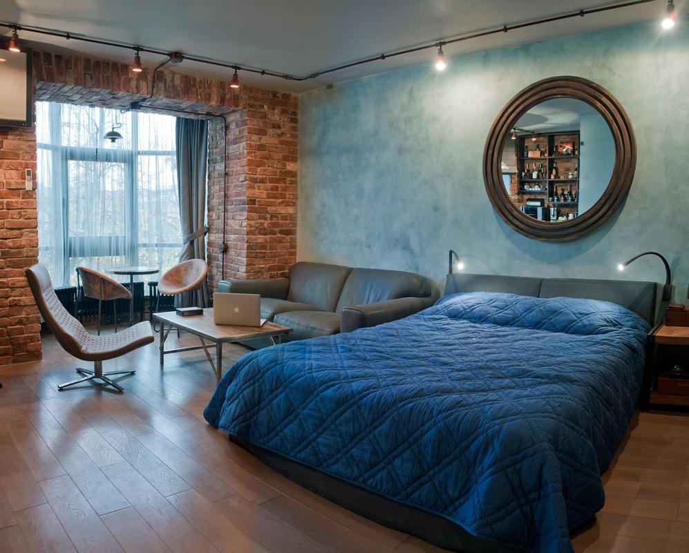 Синяя стена и покрывало в спальне