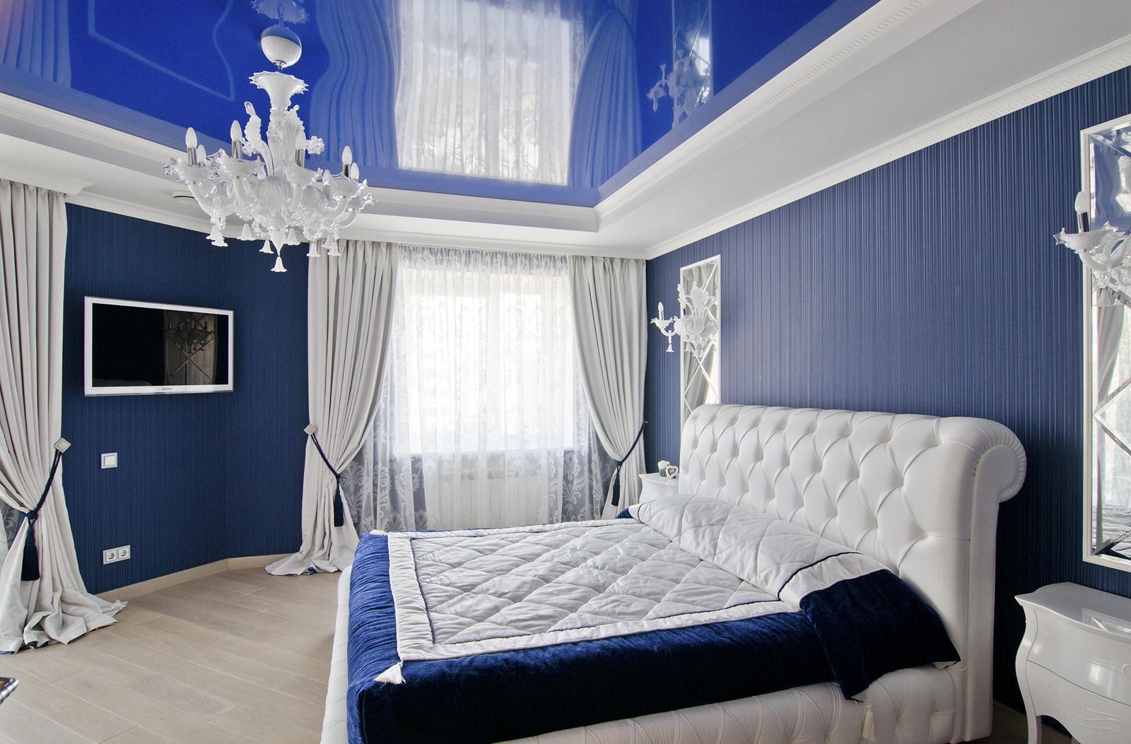 Синие стены и натяжной потолок в спальне