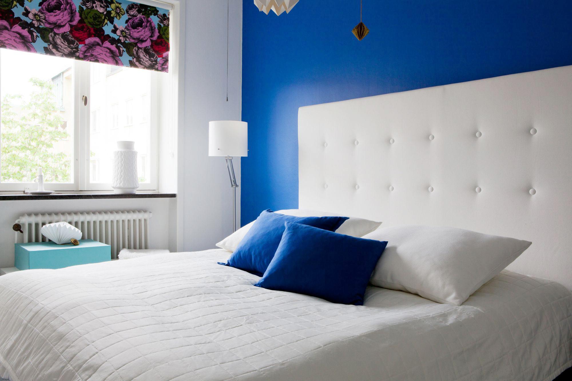 Уютная сине-белая спальня