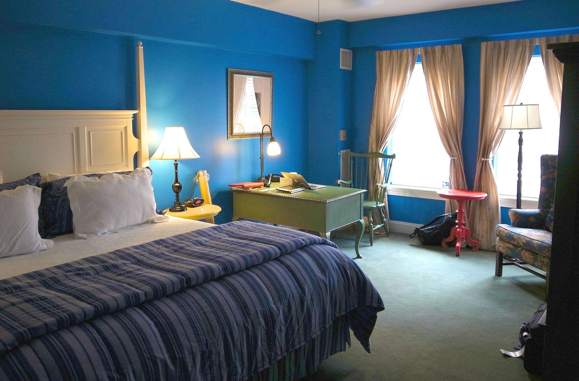 Синие стены в стильной спальне