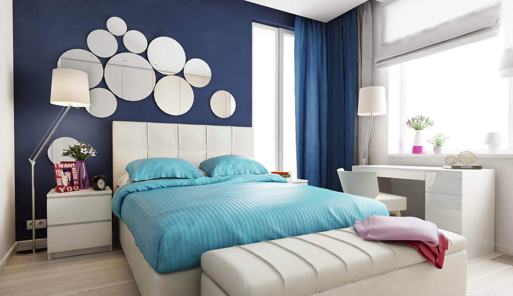 Зеркала на синей стене в спальне