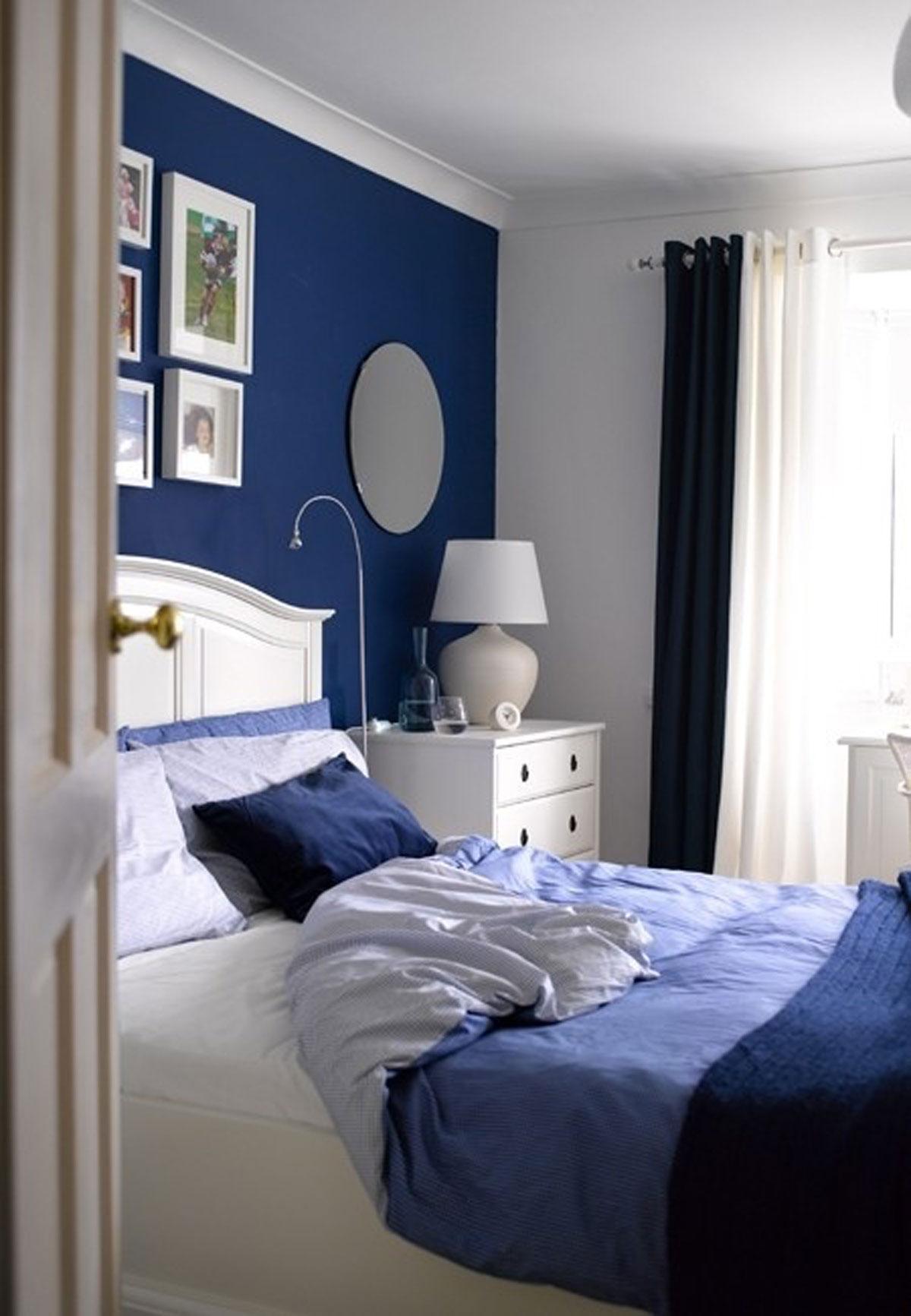 Синие стены и текстиль в спальне