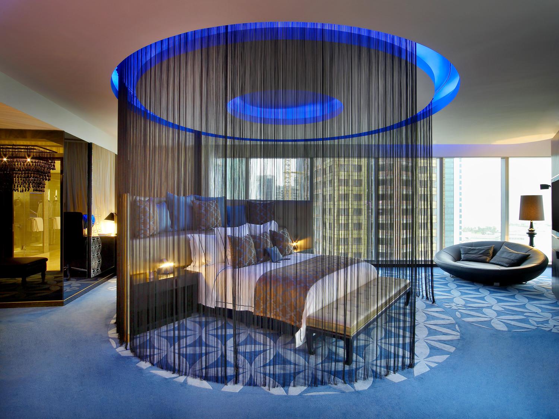Синяя подсветка и ковер в спальне